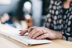 Une dame au travail à son ordinateur.
